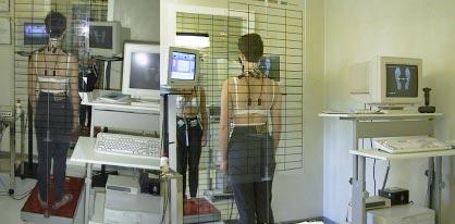 Questa figura mostra un'insieme del sistema di valutazione posturale e stabilometrica. Esso viene usato sia in fase diagnostica, che di terapia. Durante la rieducazione posturale è importante focalizzare la percezione, non solo sull'assetto del corpo nello spazio, ma anche sul compenso neuromuscolare che, come è ovvio sta alla base di tutti i meccanismi posturali. Per fare questo viene sempre associato l'uso dell'sEMG.